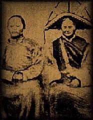 На фотографии сделанной доктором Кэрилом Робин-Эвансом в 1947 году запечатлена пара вождей племени - Хаепах-Ла (рост 120 см) и Виц-Ла (102 см).